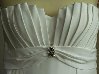 robe de mariée bustier avec broche Swaroski par créatrice à Versailles