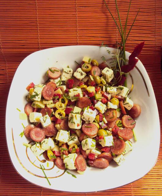 Sałatka z serem feta szczypiorkiem i papryką