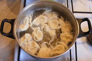 preparare galusti de faina si ou, galusti fierte, retete galusti, reteta galusti, cum se fac galustile de casa, retete culinare,