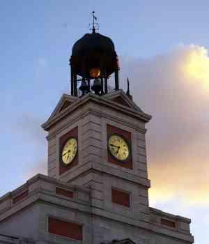 Disfrutando de madrid el reloj de la puerta del sol for El reloj de la puerta del sol