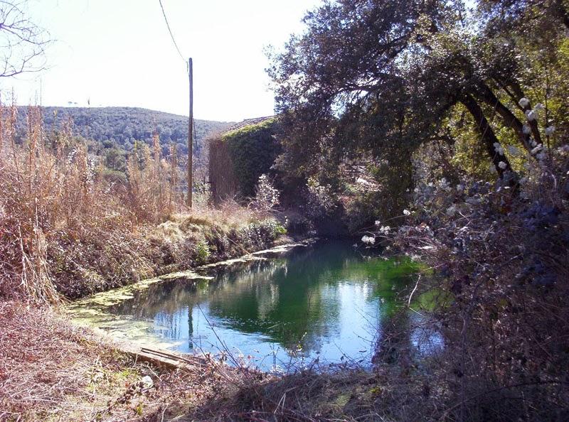 Imatge d'hivern de 2006. Encara es conserva la bassa amb les parets de carreus i el reg