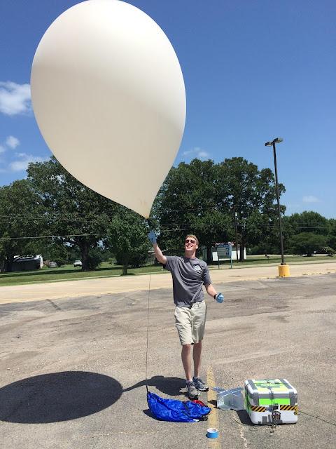 Stuart dengan balon ciptaannya