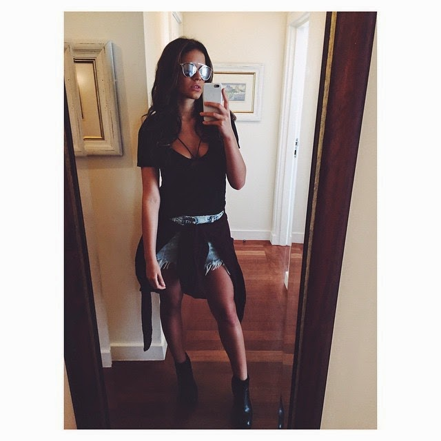 Look estiloso de Bruna Marquezine: Shortinho jeans, blusa amarrada na cintura e decote