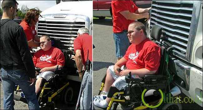 Orang yang berada di kursi roda yang tersangkut di depan truk dan melaju sepanjang 6,5 KM