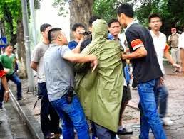Lực lượng giải tán biểu tình Việt Nam với người biểu tình (rất ôn hòa)