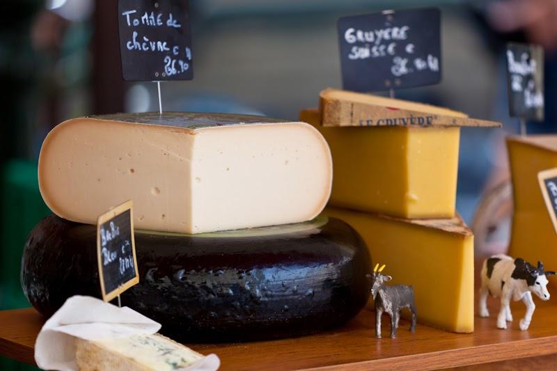 Местные сыры на юге Франции. Local cheese selling at South France market