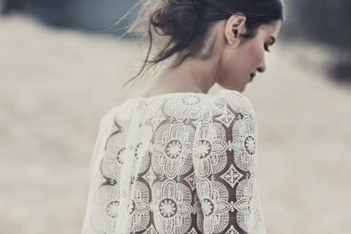 magnifique robe de mariée de laure sagazan, modèle moderne simple fluide, morphologie H longiligne parfaite pour le jour de son mariage, mariage sur la plage