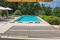 La piscine vue à l'ombre de l'auvent