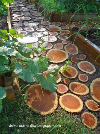 Pavimento de jardín con cortes de rollos de troncos de árboles
