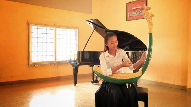 La harpe khmère, probablement disparue depuis le 14e siècle au Cambodge, a fait fantasmer des générations de musiciens et d'intellectuels. L'ethnomusicologue Patrick Kersalé, qui explore les régions reculées de l'Asie du Sud-Est et de l'Inde depuis plus de 20 ans, est parti sur les traces de cet instrument mythique pour tenter d'en percer le mystère. Son rêve : reconstruire la harpe angkorienne et reconstituer les orchestres du glorieux passé de l'Empire Khmer.