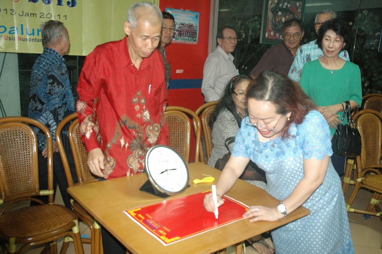 蕾美慧在签宪章纪念书