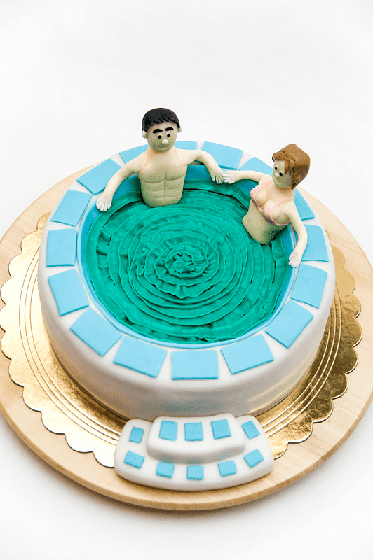 Jacuzzi fondant cake with couple in it