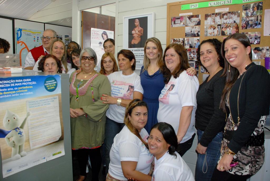 Equipe de saúde e comunidade na entrega do título na Unidade de Saúde da Família na Barra do Imbuí