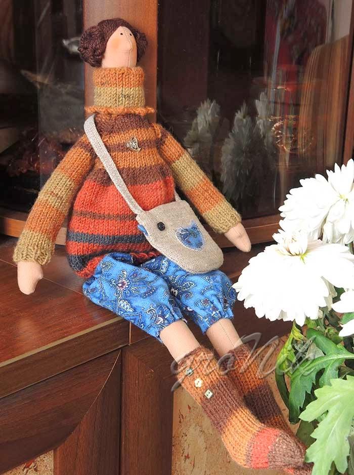 кукла в вязаном свитере