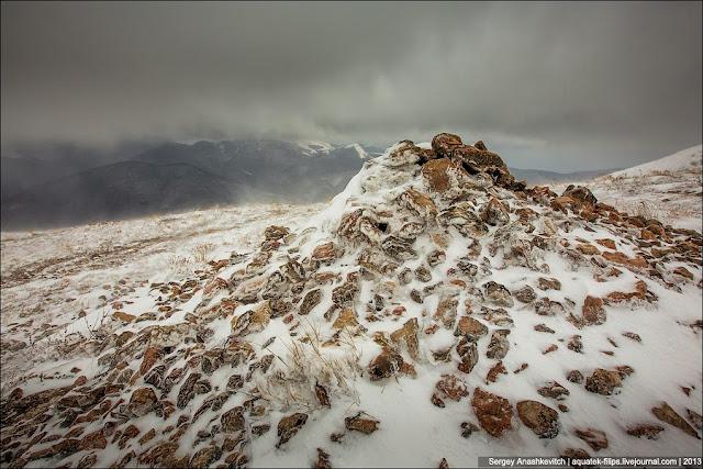 На нижнем плато Чатыр-Дага, на кромке, расположены туры из камней, которые обозначают тропу. Это актуально как раз зимой, когда все тропы заметает снегом и есть риск слишком близко приблизиться к опасной кромке и упасть вниз. Чуть ниже покажу, в чем особенный риск