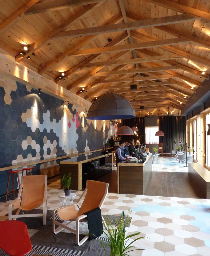 Podio los interiores del hotel bo for Techos a tres aguas fotos
