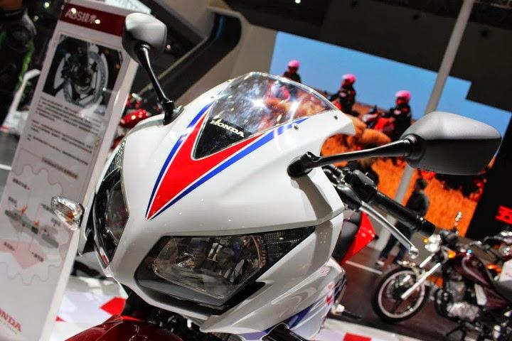 Honda CBR 150R lokal sudah dual headlamp dan bertutup tanki flat . . . bentuk identik dengan Honda CBR 300R