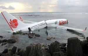 Avião com 108 pessoas cai no mar ao tentar aterrissar na ilha de Bali