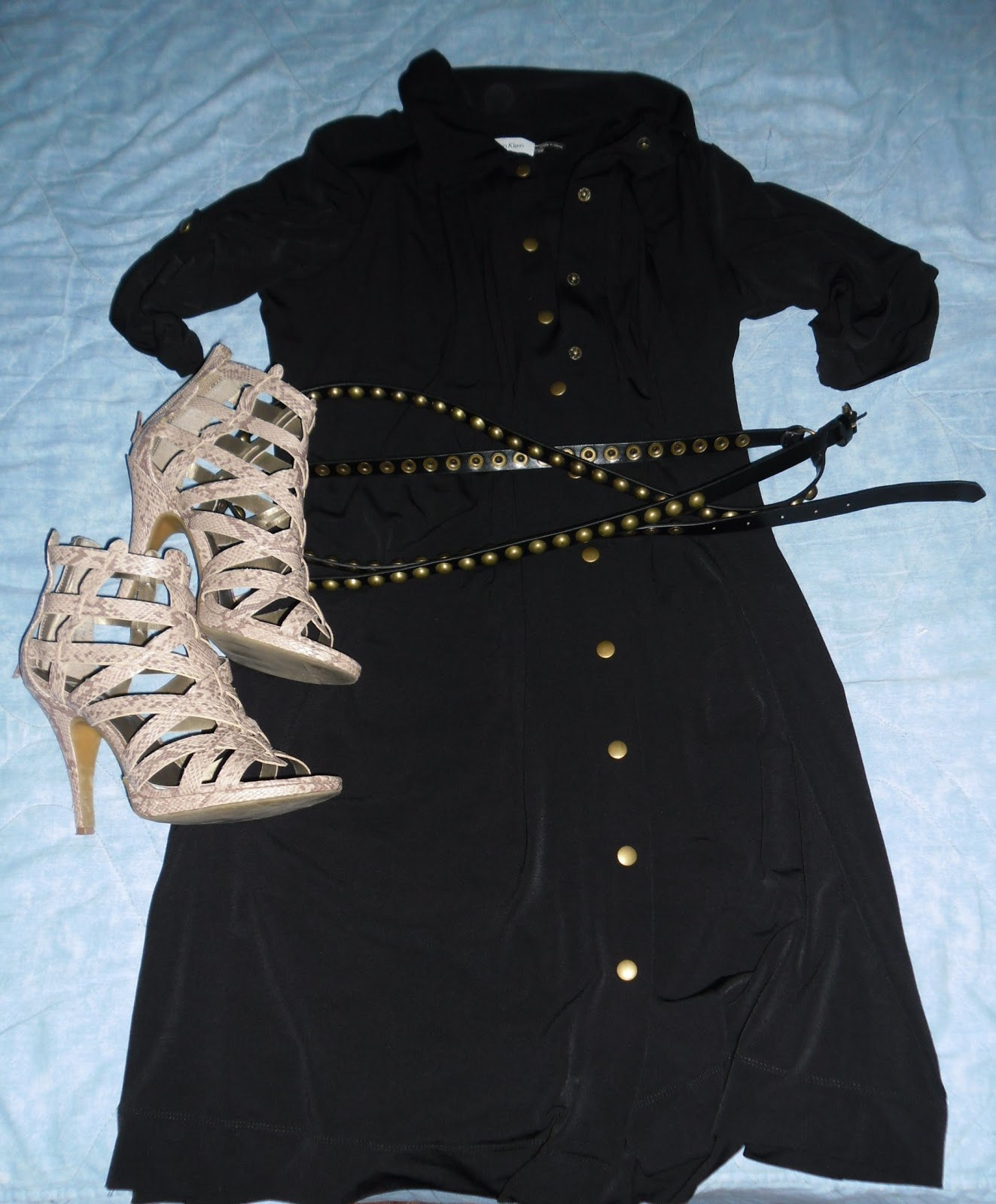 Outfits con vestido camisero negro