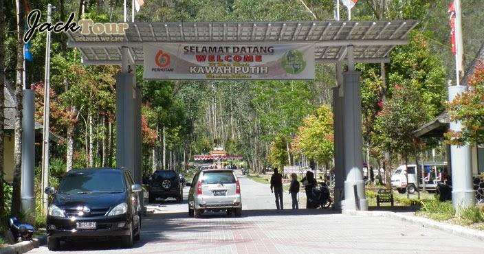 Sebuah pabrik belerang yang dikenal sebagai Zwavel Ontgining Kawah Putih  pertama kali didirikan di dekat danau selama periode kekuasaan Belanda di  Jawa .