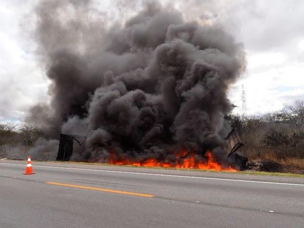 PRF informa que mais pesoas podem estar mortas por conta do incêndio, após a batida, mas a confirmação só poderá ser feita com o laudo do DPT. (Foto: Adelson Meira/Portal Poções)