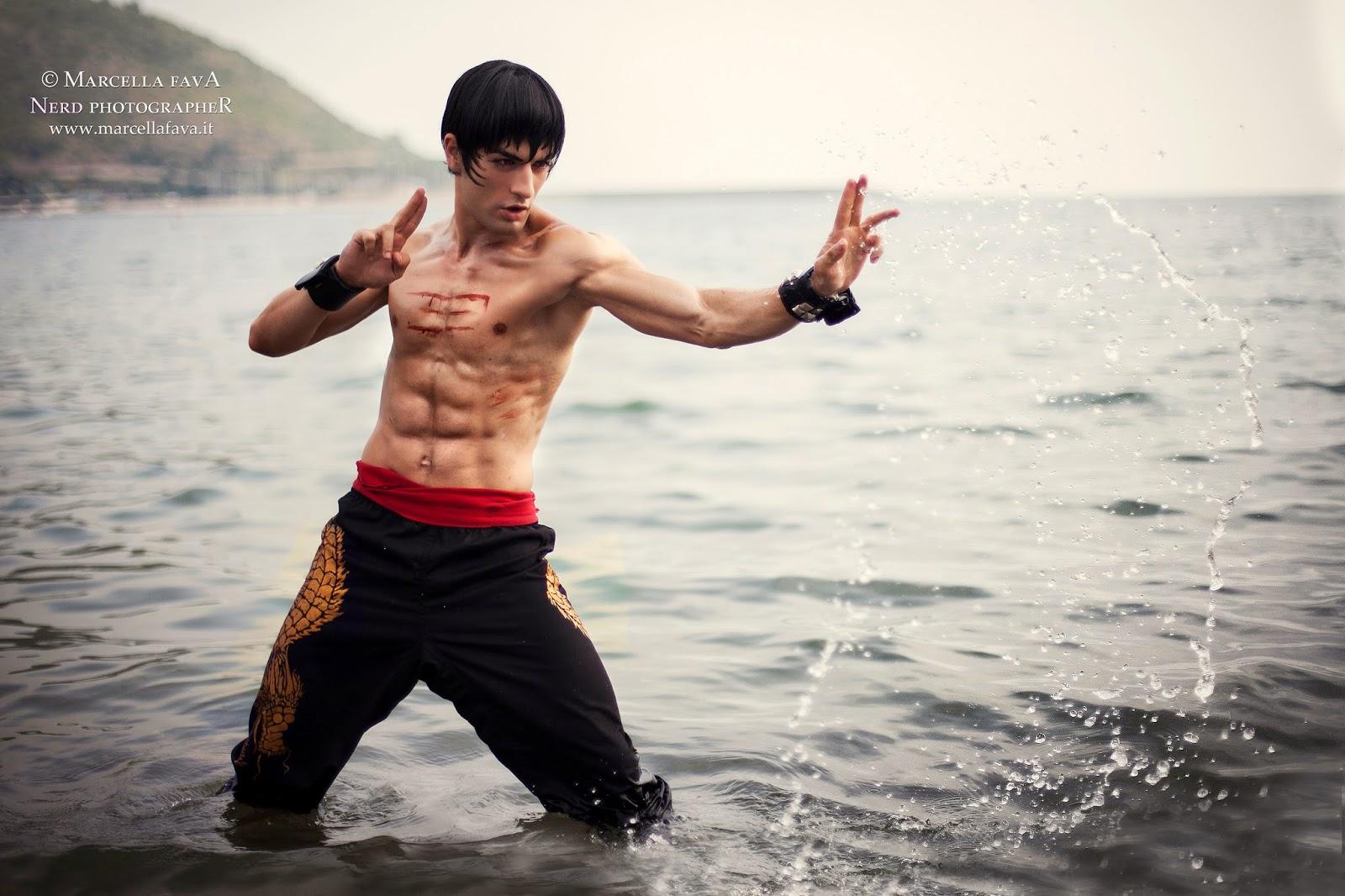 cosplay combattant torse nu dans la mer