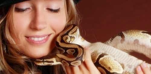 chica con serpiente
