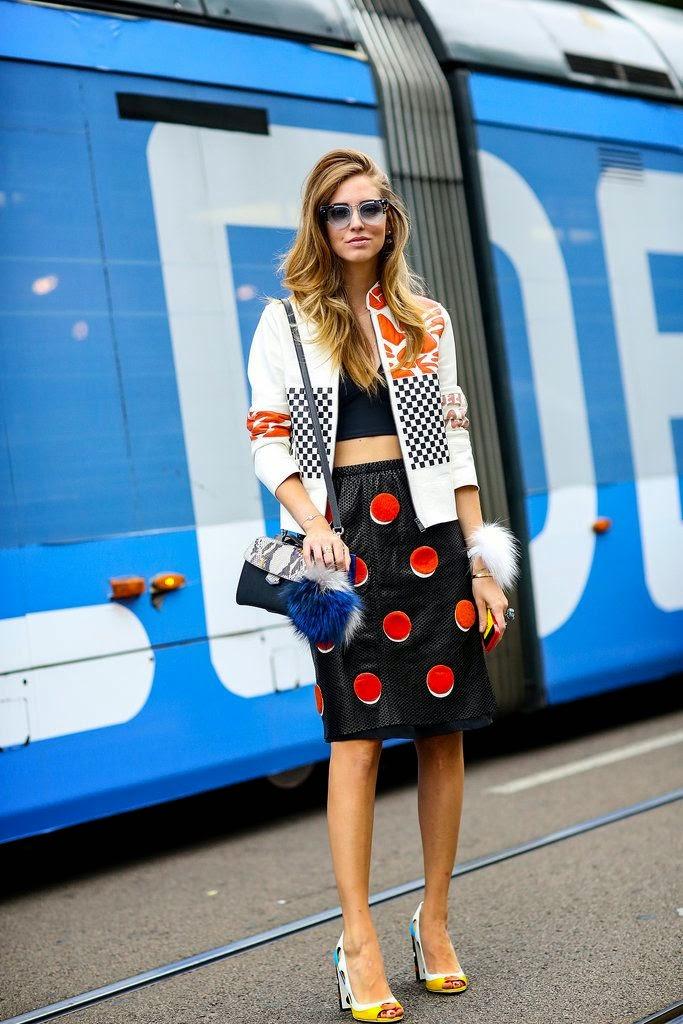 Chiara Ferragni - Blusão em pele, saia e crop top preta clutch e sapatos