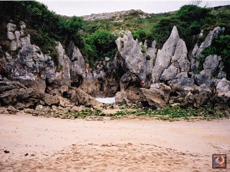Playa de Gulpiyuri en Naves, Llanes (Asturias)