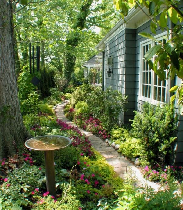 Jardín con camino sinuoso