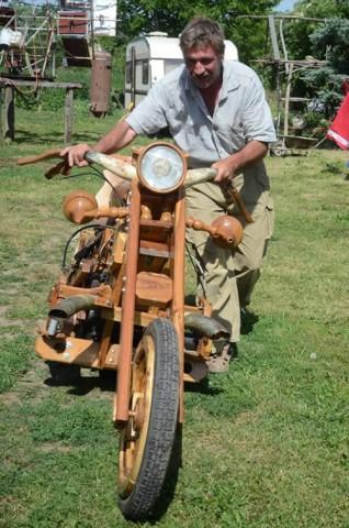 Homem constroi uma Chopper de madeira