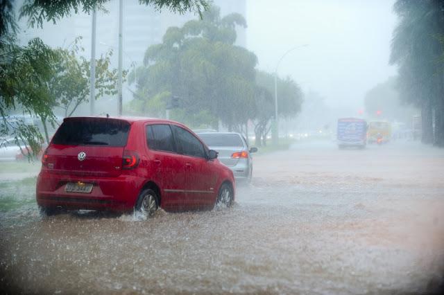 Chuva alaga pistas em Brasília