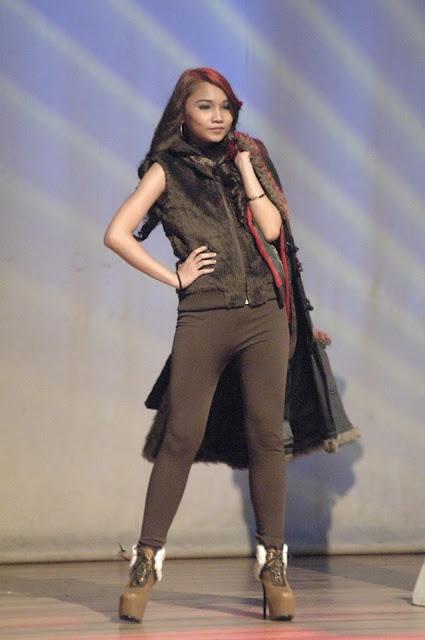 La beauté du jour nous vient des Philippines, de Marikina City située sur l'ile de Luzon. Toujours étudiante dans l'établissement ''Our Lady of Perpetual Succor College'', la jeune Chu participe aussi activement à des présentations de mode, publicité et concours de mannequins toujours très populaires dans cette région de l'Asie.