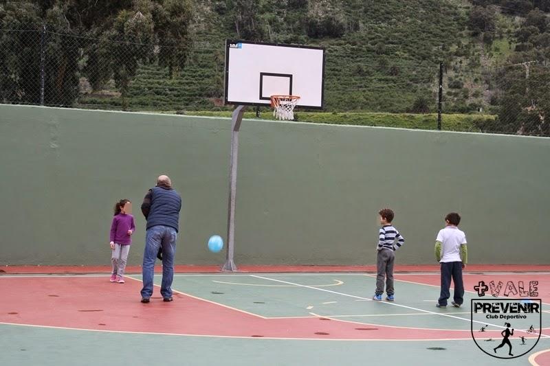practicar baloncesto