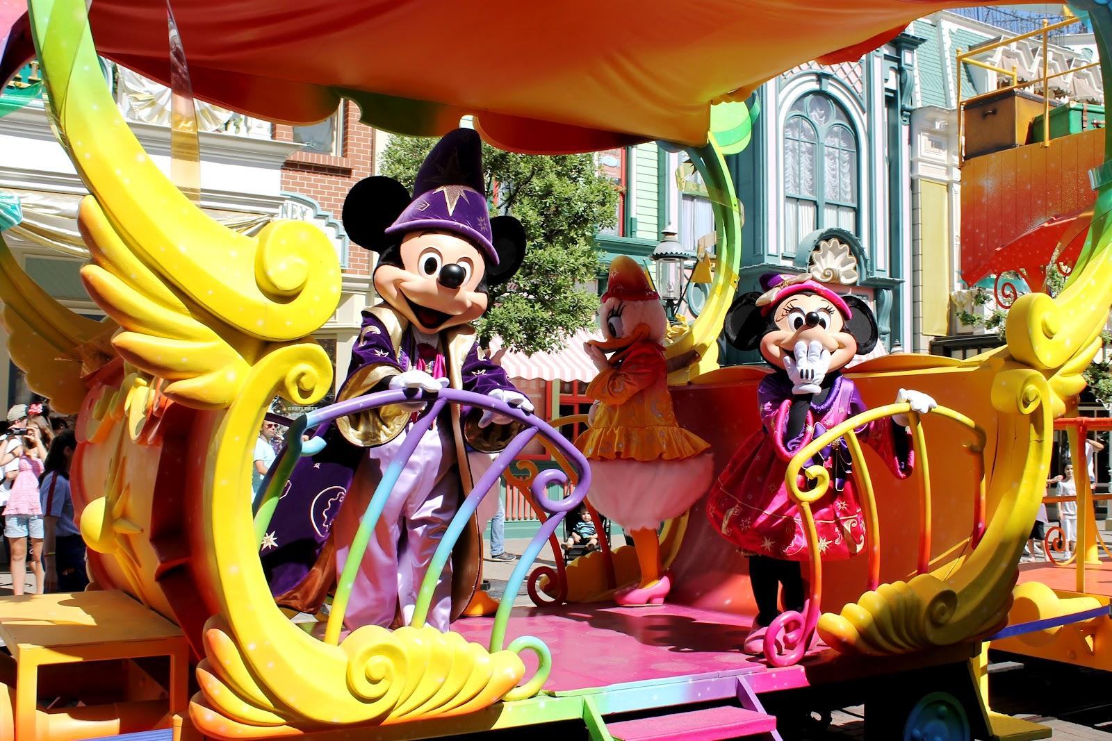 http://3.bp.blogspot.com/-guTBk_dMILI/UCaJxPo9lmI/AAAAAAAALzw/41_8dXjlYTQ/s1600/Disneyland+paris+parade+Minnie+Mickey+20th+year.jpg