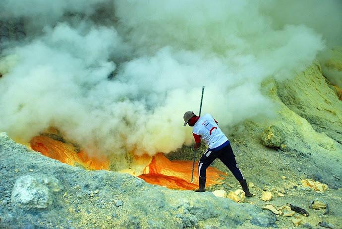 Minero cortando azufre