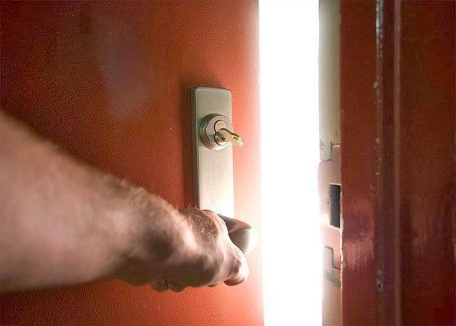 بالفيديو رجل يفاجيء ابنته ويفتح الباب عليها .فماذا وجد  !