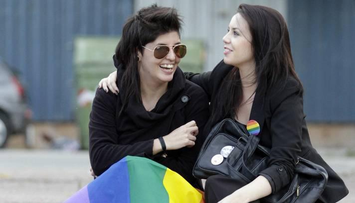 Casal comemora aprovação do projeto de lei a favor do casamento entre pessoas do mesmo sexo no Congresso (Foto: ANDRES STAPFF / REUTERS)