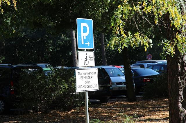 Parkplatzschild - Wer hier parkt ist behindert oder rücksichtslos