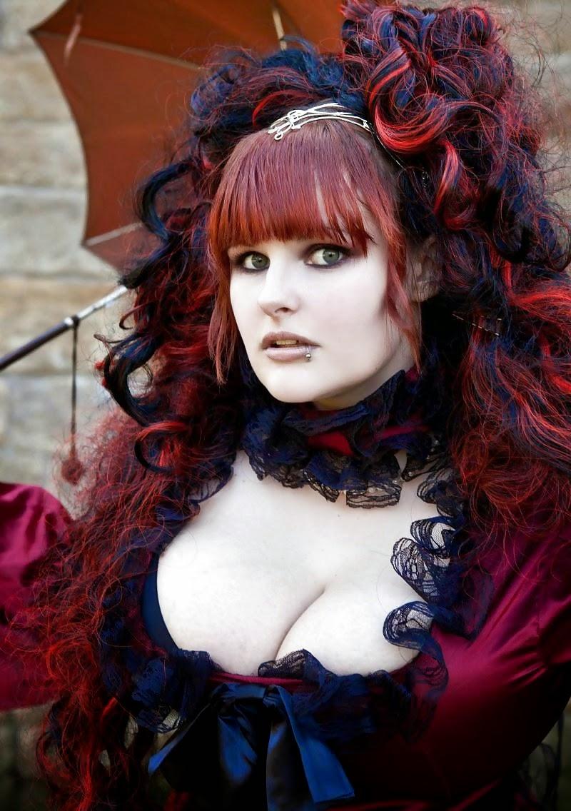 portrait d'une jeune femme aux cheveux rouges en robe à bustier et ombrelle