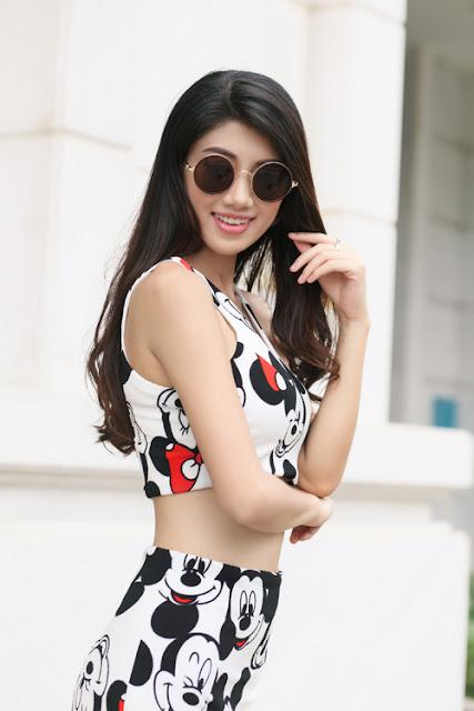 Trang phục dành cho các cô nàng có vòng eo thon gọn, vóc dáng mảnh mai với áo crop top và chân váy bút chì xẻ tà in hoạ tiết xinh xắn.