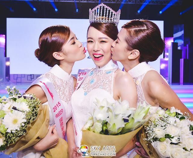 《Astro国际华裔小姐竞选2015》三强美丽出炉,友谊第一比赛第二。左起季军Suk Nee陈赐倪、冠军Janice钟素敏、亚军Kathryn魏欣宜。