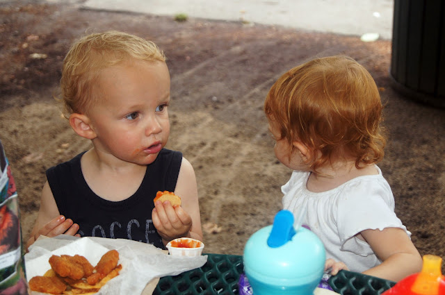 toddlers_eating_lunch