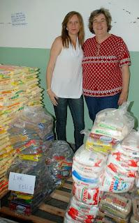 Diretora do Lar Feliz para Idosos, Eliane Pimentel, agradece à Secretária de Desenvolvimento Social, Graça Granito, a doação dos alimentos para a instituição