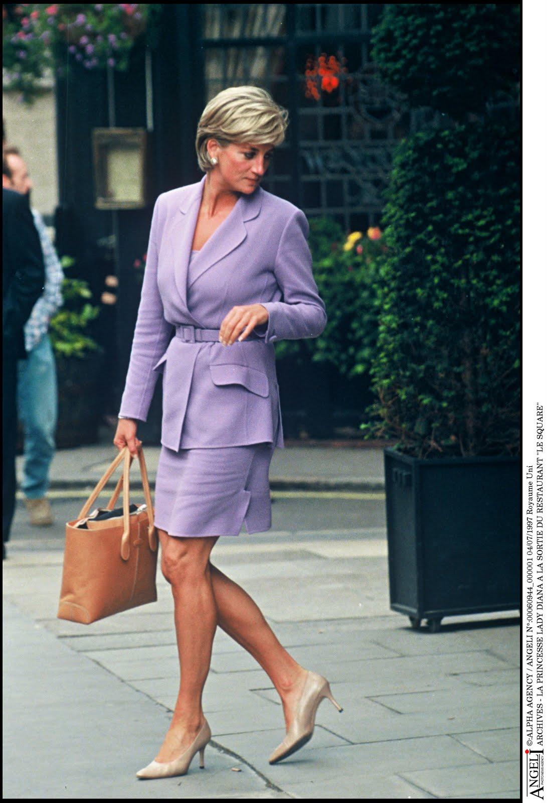 http://3.bp.blogspot.com/-gwDngUMCxDk/TbocQZB47DI/AAAAAAAABAA/YsoWPFZicBA/s1600/Lady+Diana+with+the+D+Bag+2.jpg