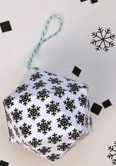 http://lasmanualidades.imujer.com/6875/originales-adornos-navidenos-de-papel