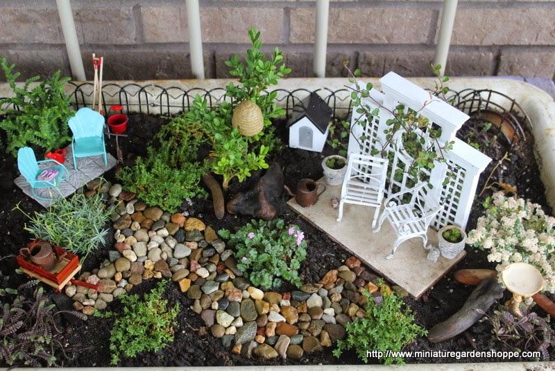 crear mini ambientes es el objetivo de estos jardines los muebles pequeos les otorgan gran realismo