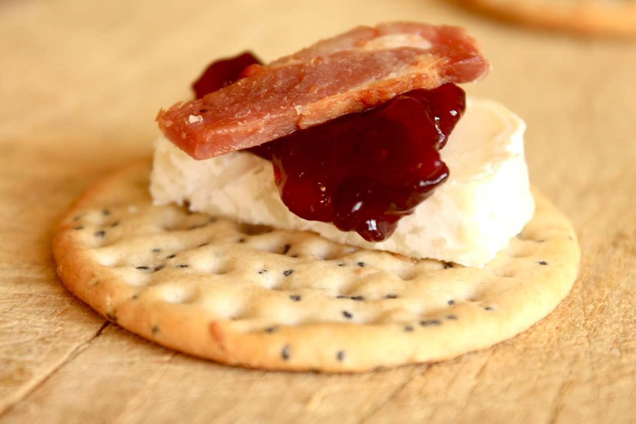 easy canapes brie and bacon with cranberry and red onion chutney. Black Bedroom Furniture Sets. Home Design Ideas