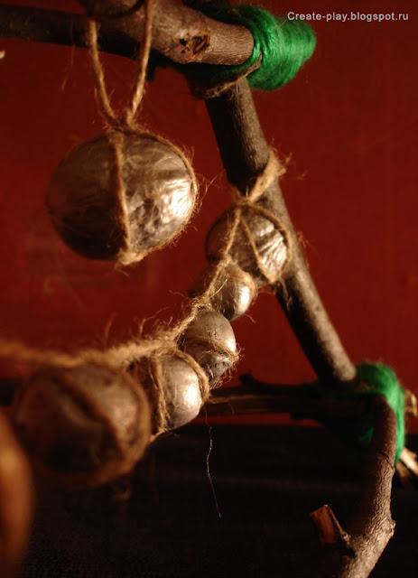 Эко-ёлка с гирляндой из орехов