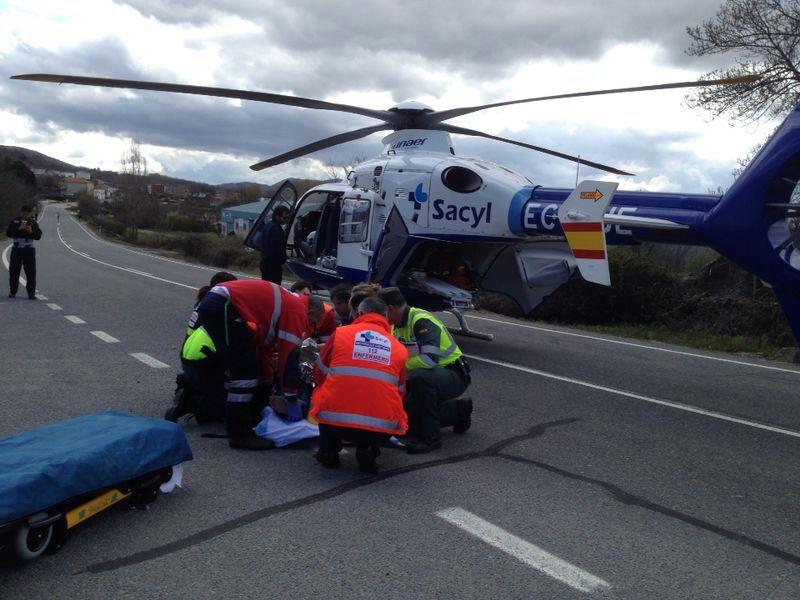 helicoptero del sacyl al fondo, miembros de los servicios de emergencias atienden a los heridos